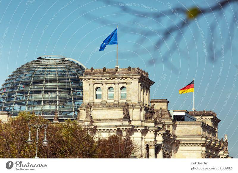 Reichstagsgebäude Architektur Berlin Deutscher Bundestag Deutschland Deutsche Flagge Hauptstadt Parlament Regierung Regierungssitz Regierungspalast Spree