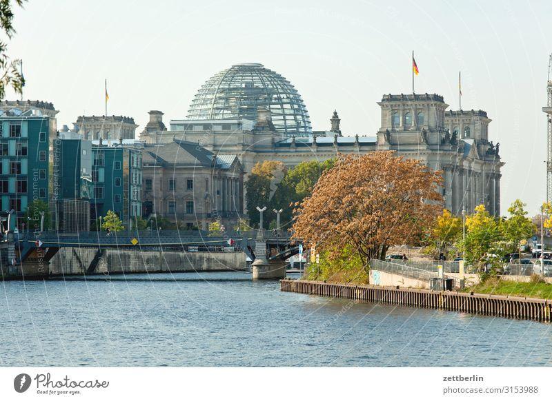 Bundestag im Reichstagsgebäude Deutscher Bundestag Architektur Wahrzeichen Berlin Deutschland Deutsche Flagge Hauptstadt Parlament Regierung Regierungssitz
