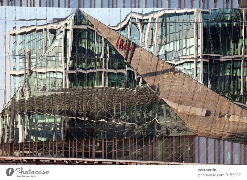 Hauptbahnhof als Spiegelbild Architektur Berlin Deutschland Hauptstadt Regierungssitz Spree Spreebogen Bahnhof Lehrter Bahnhof Verzerrung Mosaik Puzzle Fassade