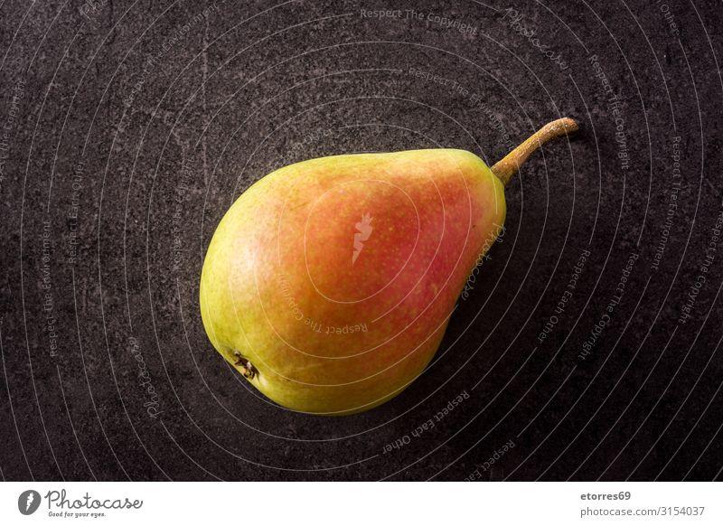 Gesunde, frische Birne auf schwarzem Hintergrund Frucht Lebensmittel Gesunde Ernährung Foodfotografie Tradition Snack Gesundheit Vitamin grün natürlich Ercolini