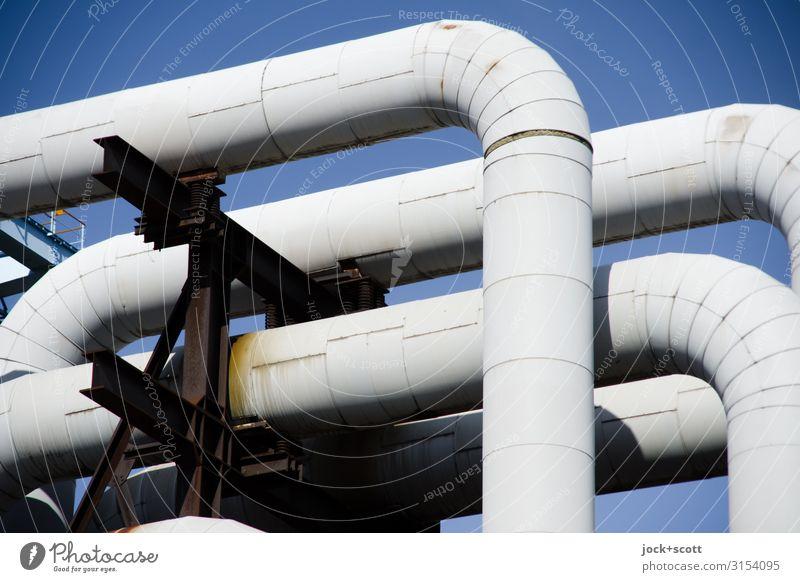 Pipeline vor blauen Himmel Energiewirtschaft Wolkenloser Himmel Halterung Anordnung Metall Rost Netzwerk authentisch hässlich lang grau Ordnung verwittert