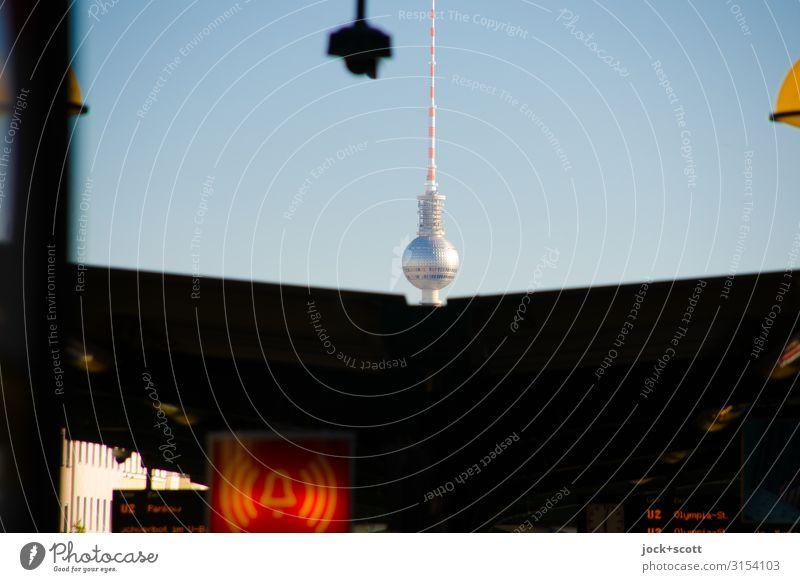 Alarm mit Charme Wolkenloser Himmel Prenzlauer Berg Bahnhof Wahrzeichen Berliner Fernsehturm U-Bahn Bahnsteig Leuchtkasten Zeichen Warnschild leuchten