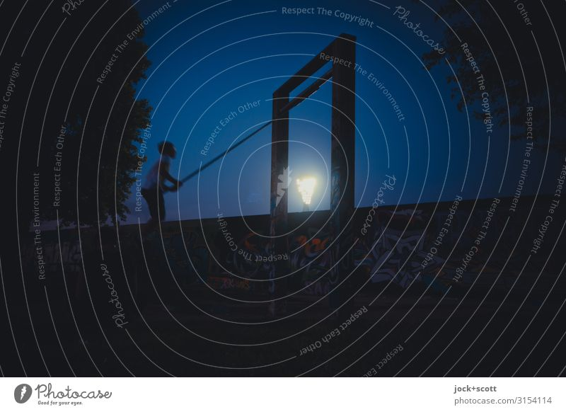 Schaukeln in der Nacht Freude schaukeln Kind 1 Mensch Wolkenloser Himmel Sommer Wärme Baum Park Prenzlauer Berg Mauer Wand Bewegung sitzen außergewöhnlich frei