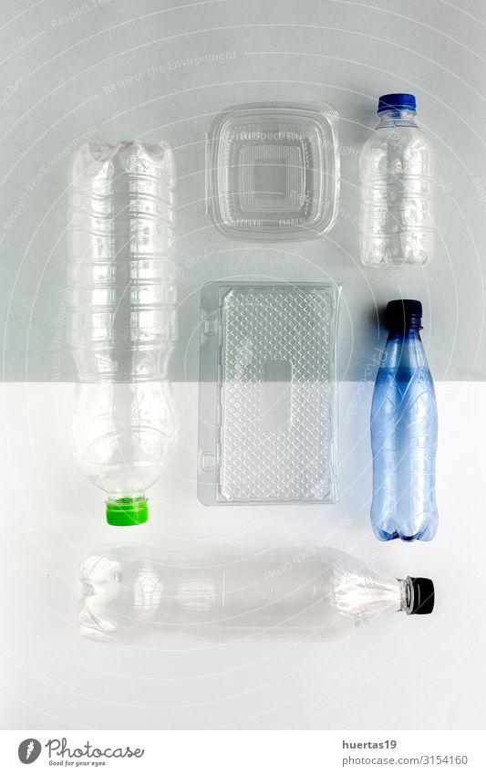 Kunststoffflaschen zum Recyceln. Knolling-Konzept Flasche Industrie Umwelt Container grün weiß Umweltverschmutzung Umweltschutz wiederverwerten Recycling