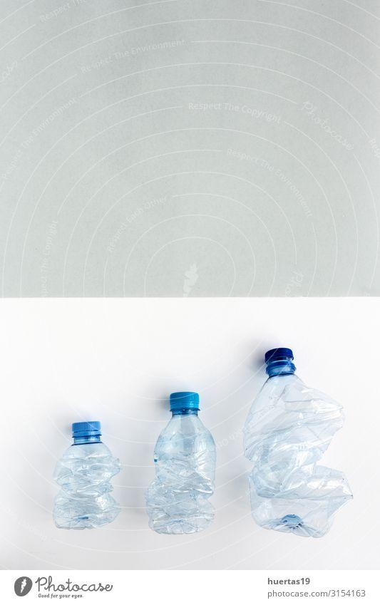 Kunststoffflaschen zum Recyceln. Knolling-Konzept Getränk Flasche Industrie Umwelt Container Kunststoffverpackung grün weiß Umweltverschmutzung wiederverwerten