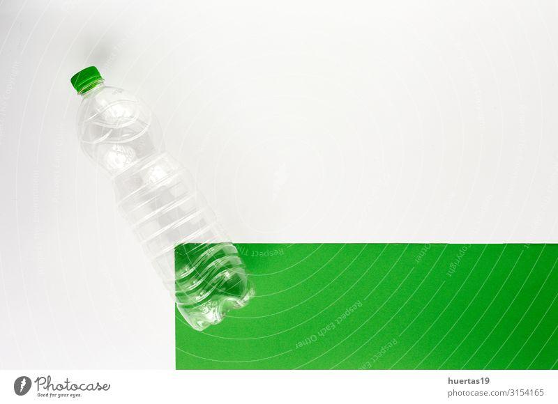 Kunststoffflaschen zum Recyceln. Knolling-Konzept Getränk Flasche Industrie Umwelt Container grün weiß Umweltverschmutzung Umweltschutz wiederverwerten