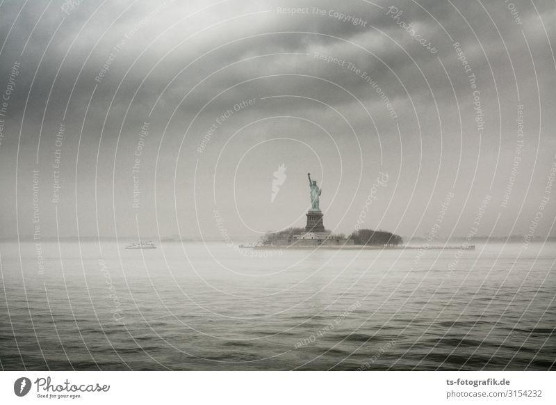 Grey Day for Lady Liberty Ferien & Urlaub & Reisen Tourismus Ausflug Sightseeing Städtereise Urelemente Wasser Himmel Wolken Gewitterwolken Nebel Regen Wellen