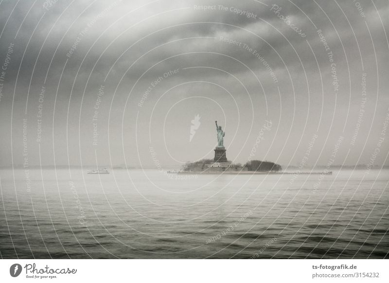 Grey Day for Lady Liberty Himmel Ferien & Urlaub & Reisen Stadt Wasser Meer Wolken dunkel Küste Tourismus Freiheit grau Ausflug Regen Nebel Wellen