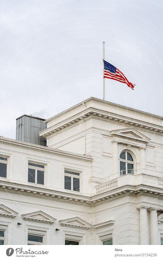 US-Flagge auf halbmast Hamburg Europa Stadt Haus Bauwerk Gebäude Kommunizieren Trauer Trauerbeflaggung Stars and Stripes Konsulat Farbfoto Außenaufnahme