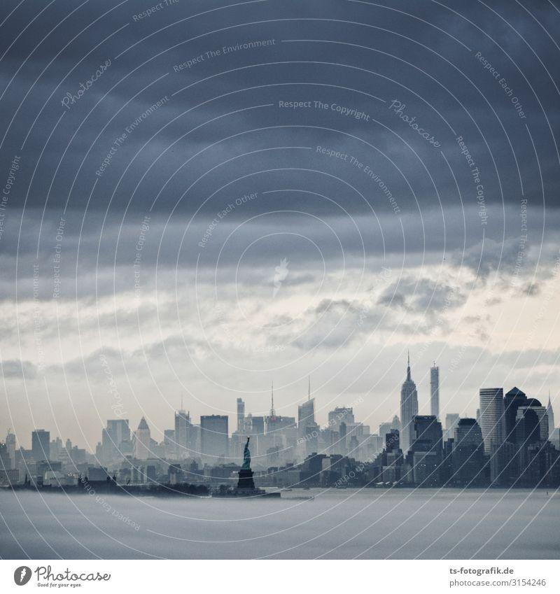 Dunkle Wolken über Gotham City Städtereise Luft Wasser Himmel Gewitterwolken schlechtes Wetter Nebel Regen Küste New York City Stadt Hafenstadt Stadtzentrum