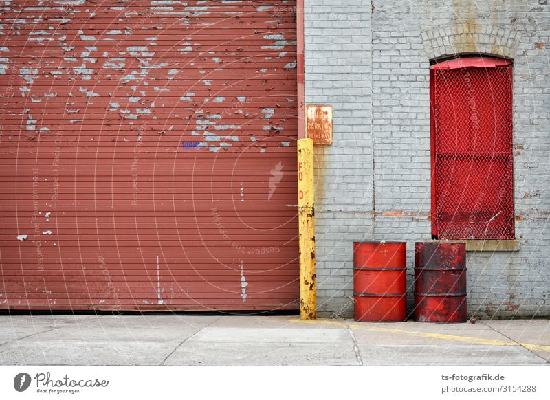 Rot und braun am East River New York City Stadt Hafenstadt Stadtzentrum Stadtrand Menschenleer Haus Bauwerk Gebäude Mauer Wand Fassade Tür Rolltor Ölfass Benzin