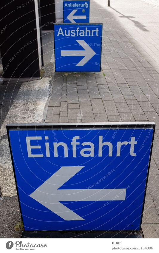 Rein-Raus Münster Deutschland Stadt Parkhaus Parkplatz Einfahrt Schilder & Markierungen Ausfahrt Versand Verkehr Straßenverkehr Autofahren Pfeil links rechts