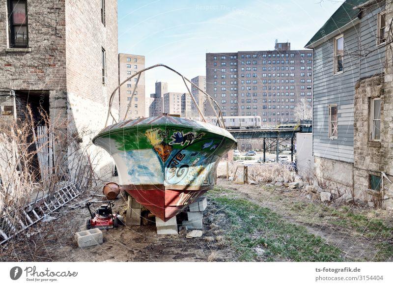 Ebbe in der Bonx New York City Bronx Stadtrand Menschenleer Haus Hochhaus Mauer Wand Verkehr Verkehrsmittel Verkehrswege Schifffahrt Bootsfahrt Jacht Motorboot