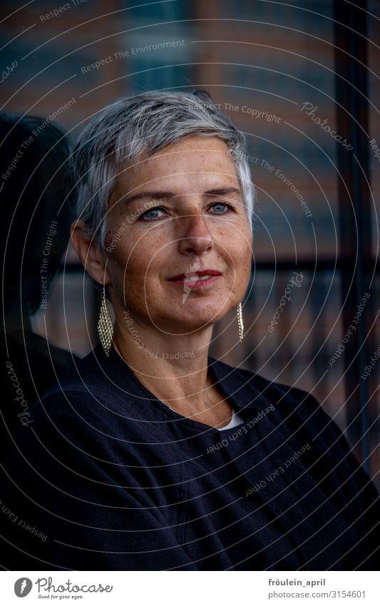 Eleganz | UT HH19 feminin Frau Erwachsene Kopf Mensch 45-60 Jahre Pullover Ohrringe grauhaarig kurzhaarig elegant Freundlichkeit natürlich schön schwarz weiß