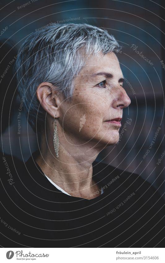 Weitblick | UT HH19 feminin Frau Erwachsene Kopf Mensch 45-60 Jahre Ohrringe weißhaarig kurzhaarig alt beobachten Denken träumen warten elegant schön modern