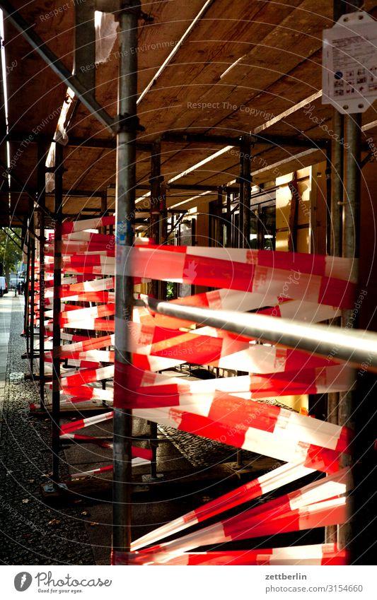 Sicherheit weiß rot Textfreiraum Häusliches Leben Wohnung Baustelle Schutz Barriere Vorsicht Altbau Baugerüst Wohngebiet Gerüst Sanieren Mieter