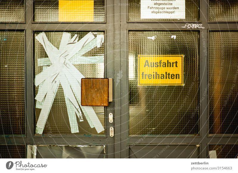 Kaputte Scheibe Altbau Berlin Fenster Haus Mehrfamilienhaus Menschenleer Stadthaus Schöneberg Textfreiraum Stadtleben Wand Häusliches Leben Wohngebiet Wohnhaus