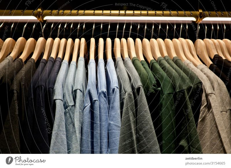T-Shirts anziehen Auswahl Baumwolle Bekleidung Farbe Farbkarte Farbenspiel kaufen Konfektion Ladengeschäft Menschenleer Sommerbekleidung Schaufenster