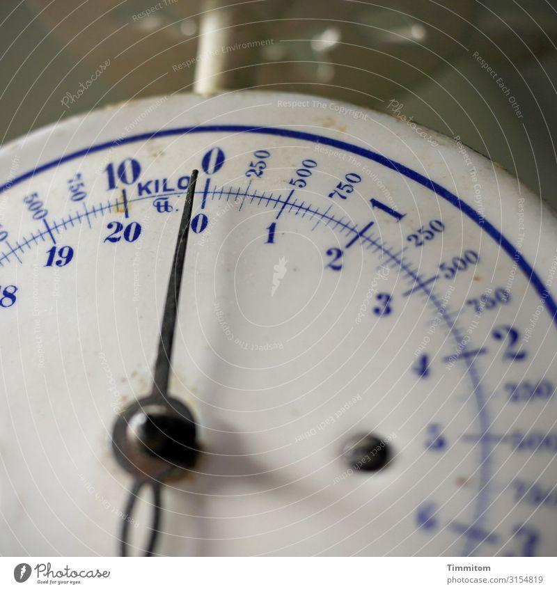 An Gewicht | verloren Ernährung Diät Messinstrument Waage Messanzeige Skala Metall Ziffern & Zahlen alt retro blau schwarz weiß Gefühle dreckig Farbfoto