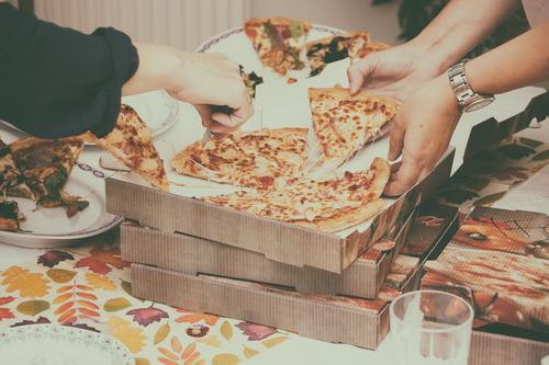 Wir haben bestellt Gesunde Ernährung Foodfotografie Speise Essen kaufen Nudeln Pizza liefern Salami Lieferwagen Italiener