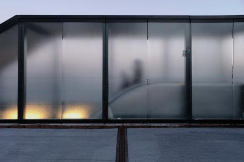 Going down Mensch androgyn 2 Kopenhagen Parkhaus Gebäude Architektur Rolltreppe Eingang Glas dunkel Stadt blau grau Traurigkeit Business geheimnisvoll Mobilität