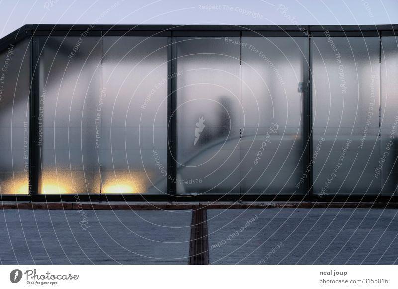 Going down Mensch blau Stadt dunkel Architektur Traurigkeit Business Gebäude grau Glas Wandel & Veränderung geheimnisvoll durchsichtig Mobilität Eingang Rätsel