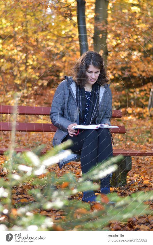 Lesepause im Herbst - Frau sitzt im Wald auf Bank im Herbst Erholung Freizeit & Hobby lesen Erwachsene Umwelt Natur Blatt fallen leuchten sitzen gelb orange