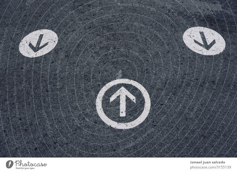 Wegweiser auf der Straße Pfeil Regie gefällig Verkehrsgebot Signal Asphalt Hinweisschild Großstadt Verkehrsschild Zeichen Symbole & Metaphern Vorsicht Beratung