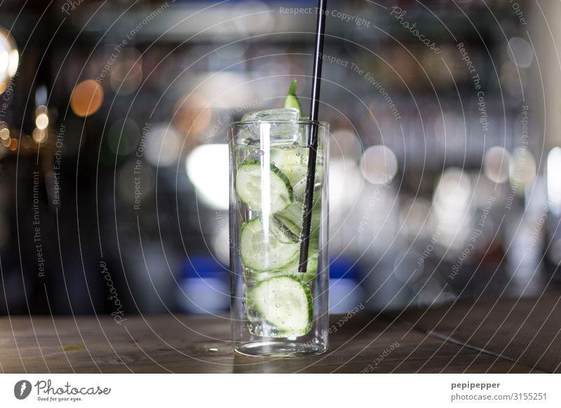 Cocktail Getränk Longdrink Glas Nachtleben Party Bar Cocktailbar trinken Wirt Musik hören Alkoholsucht Totale