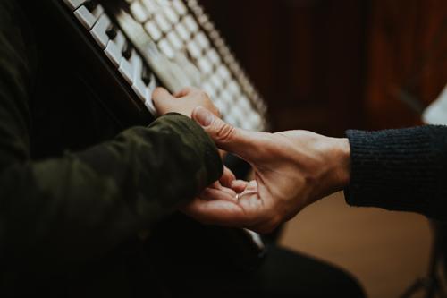 Lehr-Akkordeon Lifestyle Bildung Schule Schüler Lehrer Mensch Hand Musik Musik hören Musiker Arbeit & Erwerbstätigkeit berühren lernen authentisch Zusammensein