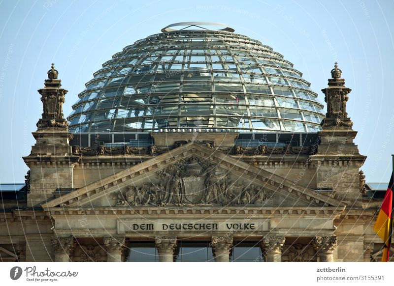 Die Kuppel vom Reichstag Architektur Berlin Deutscher Bundestag Deutschland Deutsche Flagge Hauptstadt Parlament Regierung Regierungssitz Regierungspalast Spree