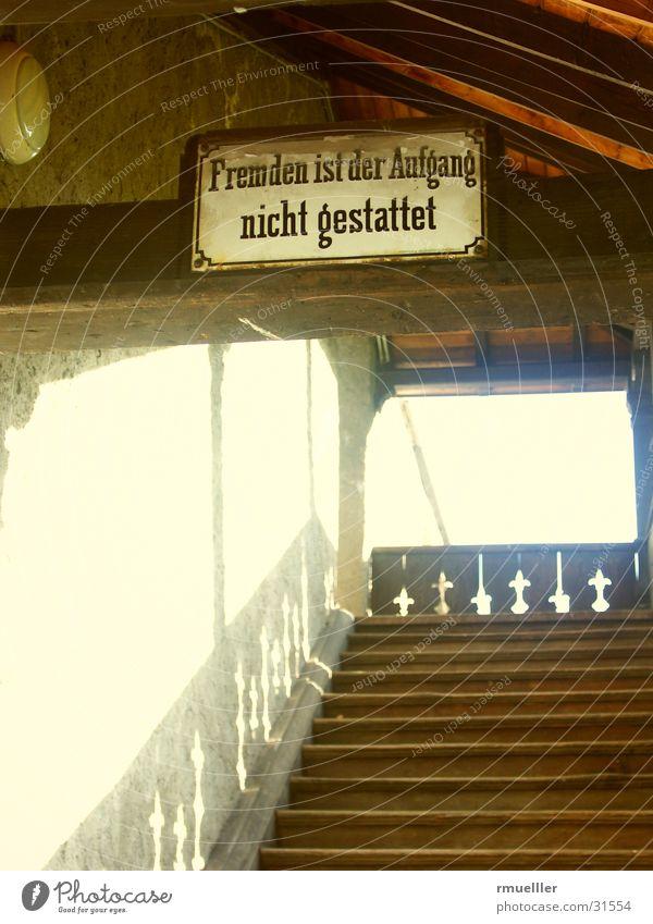 Fremden ist der Zugang... Licht Holz historisch Wand Redewendung Verbote Treppe alt Burg oder Schloss Schilder & Markierungen fremd Vergangenheit Architektur