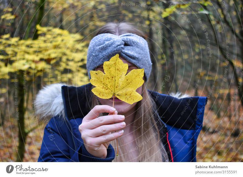 Herbst Mensch feminin Junge Frau Jugendliche Erwachsene 1 18-30 Jahre Natur Landschaft Baum Wald Jacke Stirnband blond langhaarig stehen träumen schön natürlich