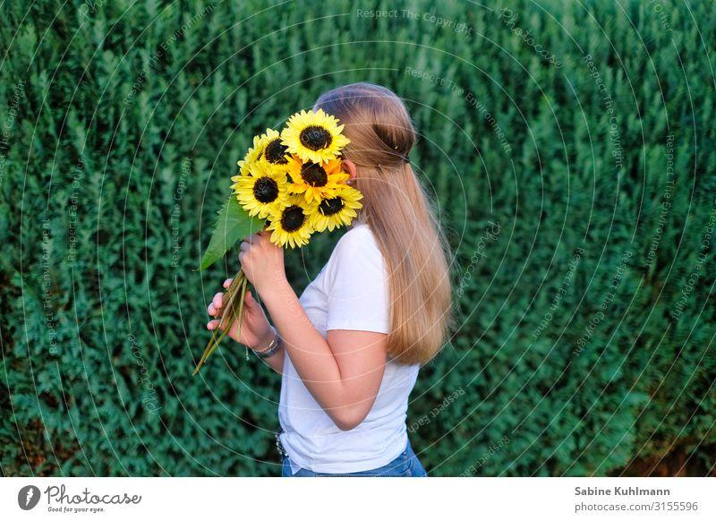 Sonnenblumen Mensch feminin Junge Frau Jugendliche Erwachsene 1 18-30 Jahre Natur Sommer Schönes Wetter Blume Garten T-Shirt blond langhaarig Blühend stehen