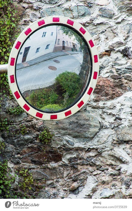 Rückblickend Mauer Wand Steinmauer Stadtmauer Verkehrsspiegel Spiegel alt Hausmauer Reflexion & Spiegelung Straße Überblick überblicken Sicherheit Farbfoto