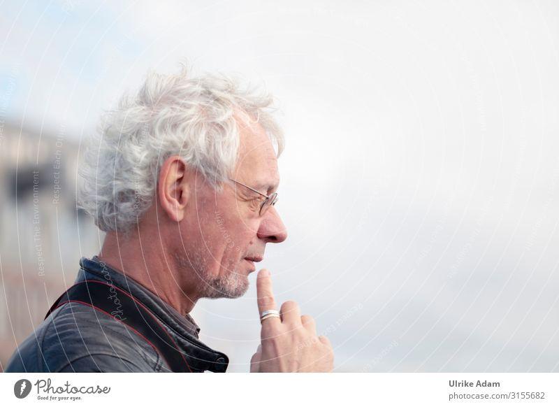 nachdenklich Mensch maskulin Mann Erwachsene Männlicher Senior Zeigefinger Kinn 1 45-60 Jahre Ring Brille grauhaarig weißhaarig kurzhaarig beobachten Denken