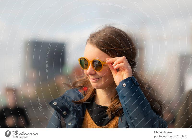 Schick mit Brille Lifestyle Stil Freude schön Leben Mensch feminin Junge Frau Jugendliche Erwachsene Hand Finger 1 30-45 Jahre Accessoire Lächeln Coolness