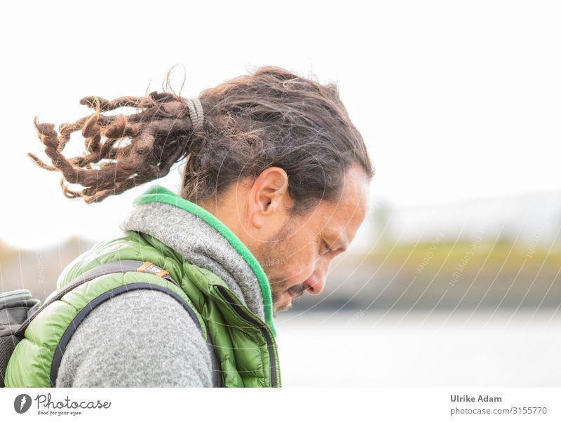 Dreadlocks im Zopf maskulin Mann Erwachsene Männlicher Senior Haare & Frisuren 1 Mensch 45-60 Jahre brünett langhaarig Rastalocken lesen einzigartig Farbfoto