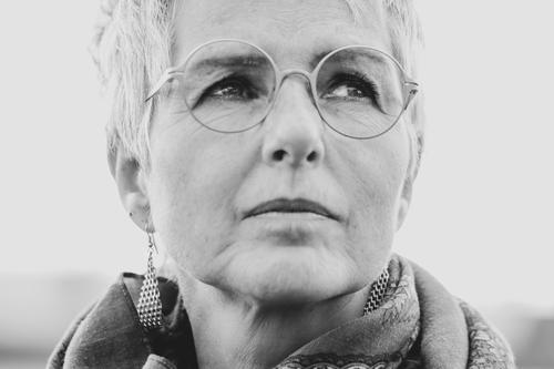 Träumen elegant Mensch feminin Frau Erwachsene Weiblicher Senior Kopf 1 45-60 Jahre Ohrringe Brille Denken träumen authentisch natürlich schwarz weiß Stimmung