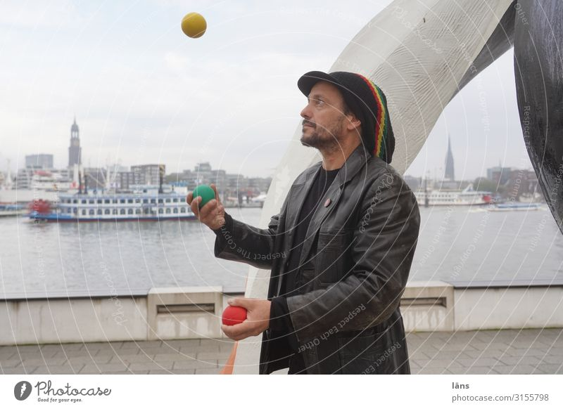 Jougleur Tourismus Ausflug Städtereise maskulin Mann Erwachsene Leben 1 Mensch 30-45 Jahre Hamburg Hamburger Hafen Haus Wahrzeichen Michaeliskirche Schifffahrt