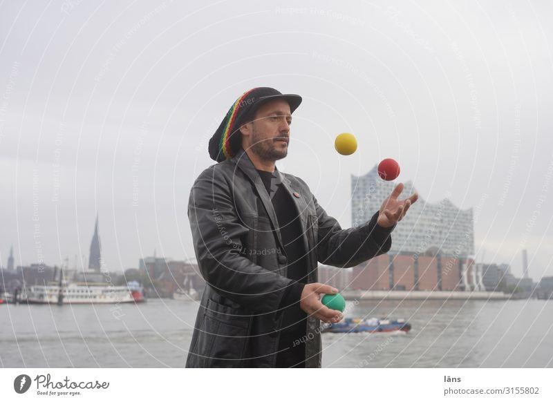 Jongleur jonglieren Mensch maskulin Leben 1 Flussufer Elbe Hamburg Haus Schifffahrt Binnenschifffahrt Hafen beobachten Bewegung Coolness achtsam