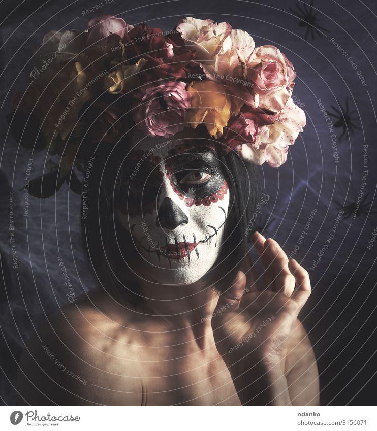schönes Mädchen mit traditioneller mexikanischer Totenmaske Gesicht Schminke Feste & Feiern Halloween Frau Erwachsene Kunst Herbst Blume Mode dunkel rot schwarz