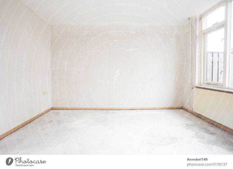 Unvollendete Gebäudeinnenräume, Detail eines weißen Raumes. Wohnung Haus Architektur Beton Holz alt authentisch frisch modern neu Sauberkeit Farbe leer Wand