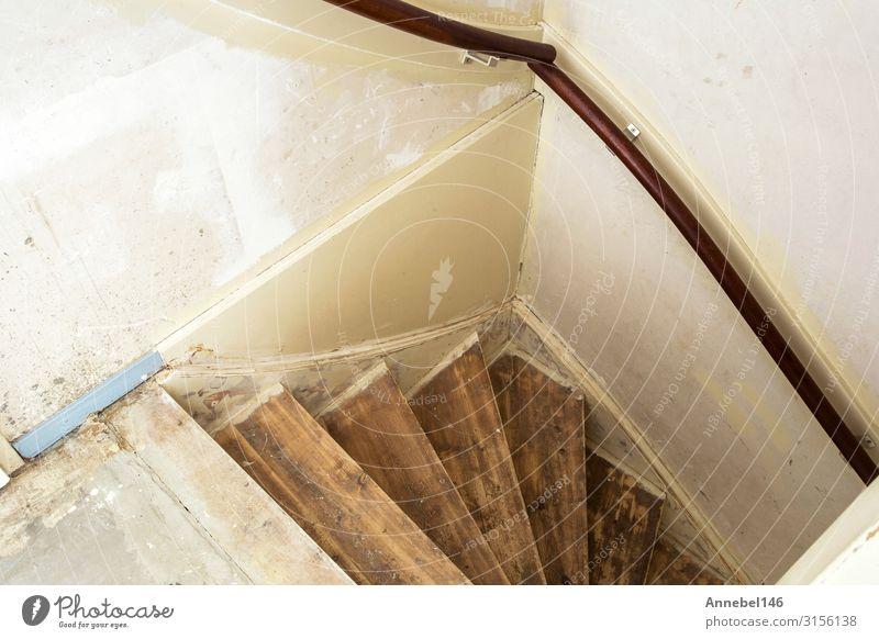 Alte schmutzige beschädigte verlassene Holztreppen Reichtum Stil Design Haus Möbel Kunst Gebäude Architektur Treppe alt authentisch dunkel einfach modern retro