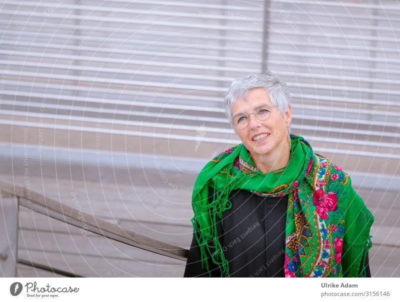 Ganz nach Oben? feminin Frau Erwachsene Weiblicher Senior 1 Mensch 45-60 Jahre Hamburg Treppe Ohrringe Brille Schal grauhaarig kurzhaarig Blick elegant hoch