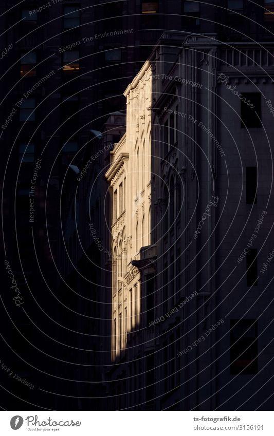 Lichtblick in Gotham City New York City Manhattan Stadt Stadtzentrum Altstadt Menschenleer Haus Hochhaus Bankgebäude Bauwerk Gebäude Architektur Mauer Wand