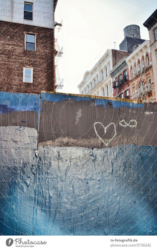 Kreideherz in New York City Manhattan Stadt Stadtzentrum Haus Bauwerk Gebäude Mauer Wand Fassade Fenster Bauzaun Stein Holz Zeichen Ornament