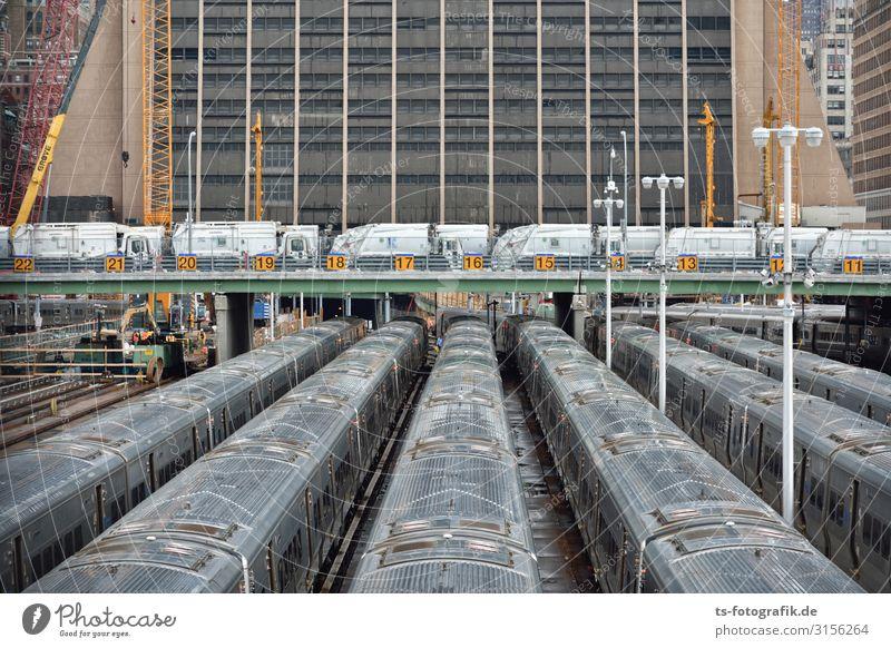 Zug im Zug in New York City Stadt Haus Wand Wege & Pfade Mauer Verkehr Hochhaus USA Brücke Eisenbahn Stahl Gleise Verkehrswege Personenverkehr U-Bahn Bahnhof