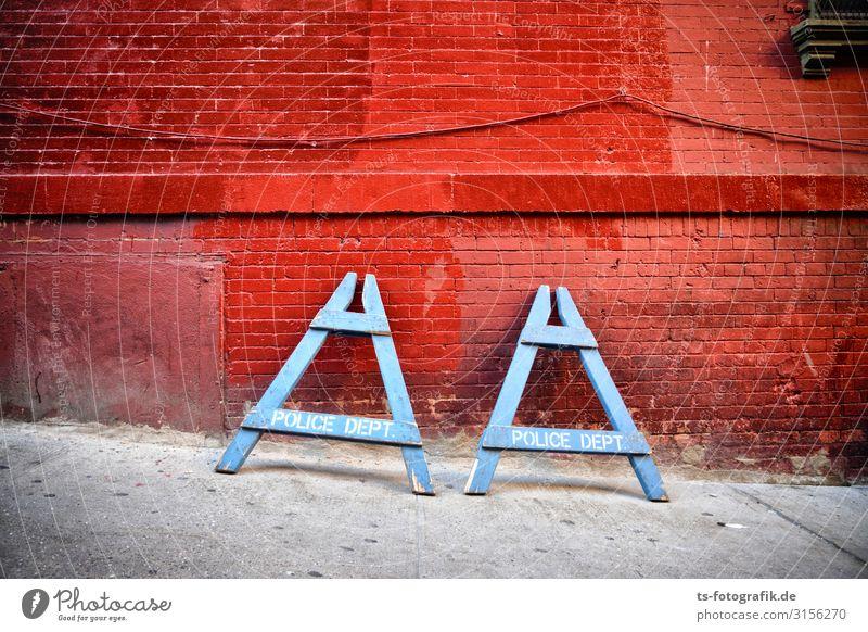 AA oder wie die New Yorker Polizei mal Pause macht Arbeit & Erwerbstätigkeit Beruf Polizist Polizeiabsperrung NYPD New York City Stadtzentrum Mauer Wand Verkehr