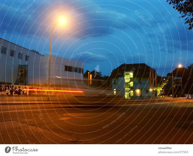 21:30 und eine Sekunde Nachtaufnahme Langzeitbelichtung Gebäude Haus Fahrzeug Geschwindigkeit Architektur Straße Abend PKW Licht Himmel modern